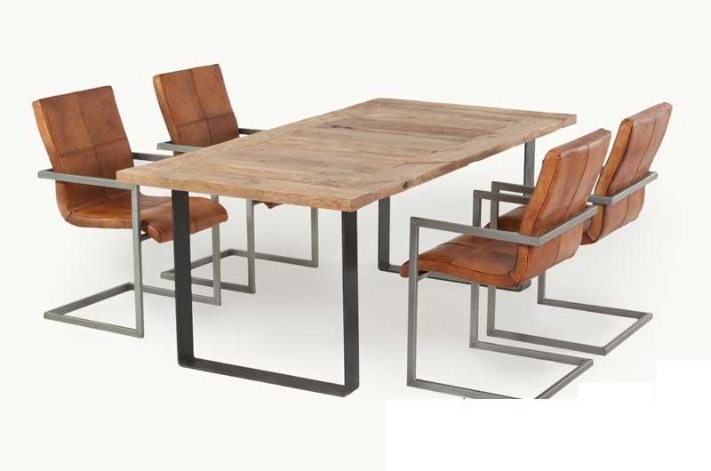 Massiver Tisch aus Eiche mit Metallgestell | Livior - Möbel im ...